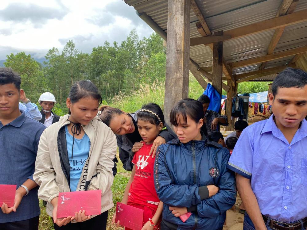 H'Hen Niê lội bùn, xúc động mạnh khi đến thăm người dân chịu ảnh hưởng sạt lở đất tại Quảng Nam Ảnh 6