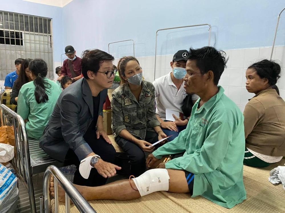 H'Hen Niê lội bùn, xúc động mạnh khi đến thăm người dân chịu ảnh hưởng sạt lở đất tại Quảng Nam Ảnh 9