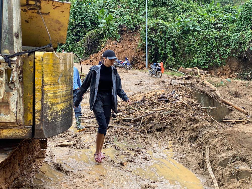 H'Hen Niê lội bùn, xúc động mạnh khi đến thăm người dân chịu ảnh hưởng sạt lở đất tại Quảng Nam Ảnh 11