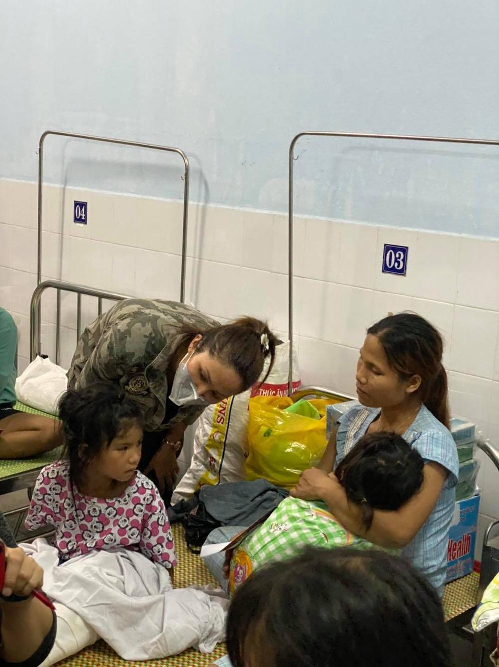 H'Hen Niê lội bùn, xúc động mạnh khi đến thăm người dân chịu ảnh hưởng sạt lở đất tại Quảng Nam Ảnh 7
