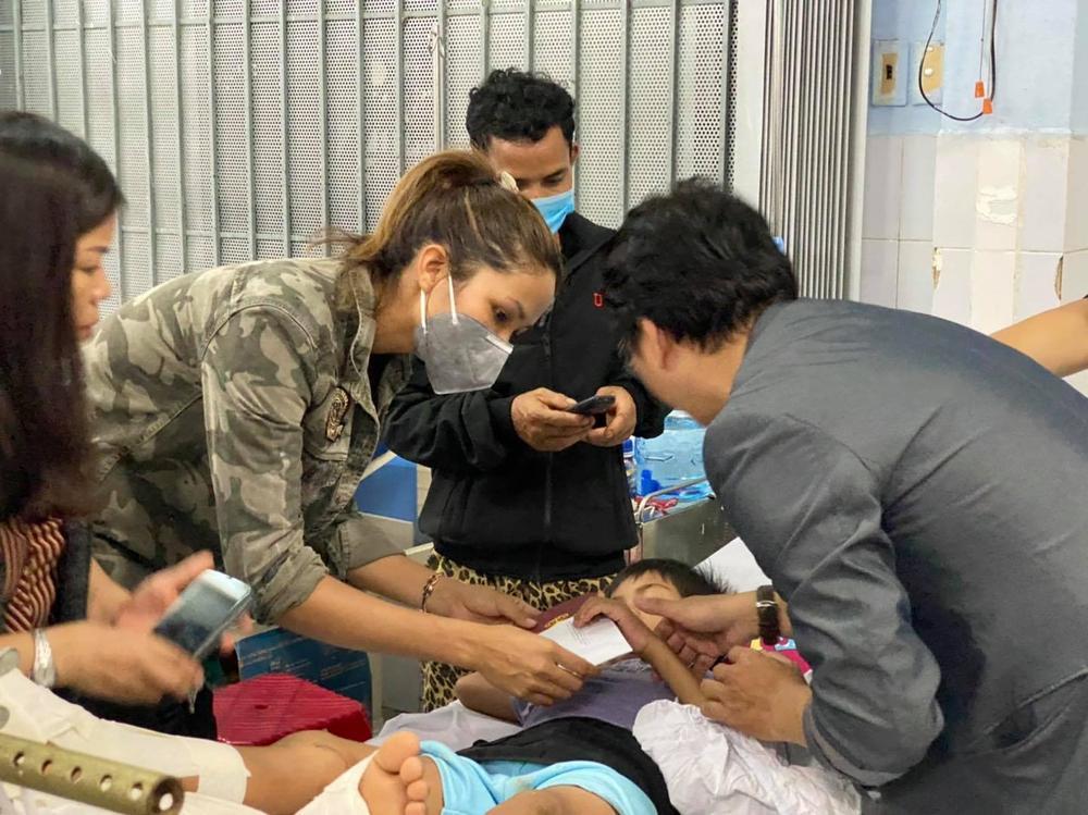 H'Hen Niê lội bùn, xúc động mạnh khi đến thăm người dân chịu ảnh hưởng sạt lở đất tại Quảng Nam Ảnh 8