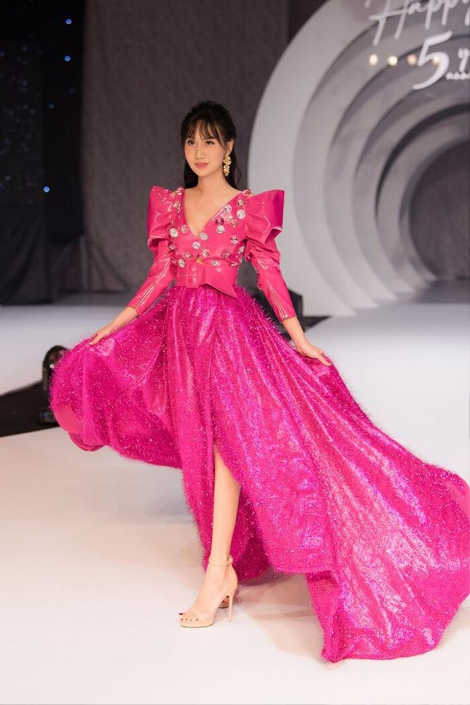 Hương Giang và Lynk Lee catwalk: người nhẹ tựa gió thoảng, người thần thái như nữ hoàng Ảnh 5