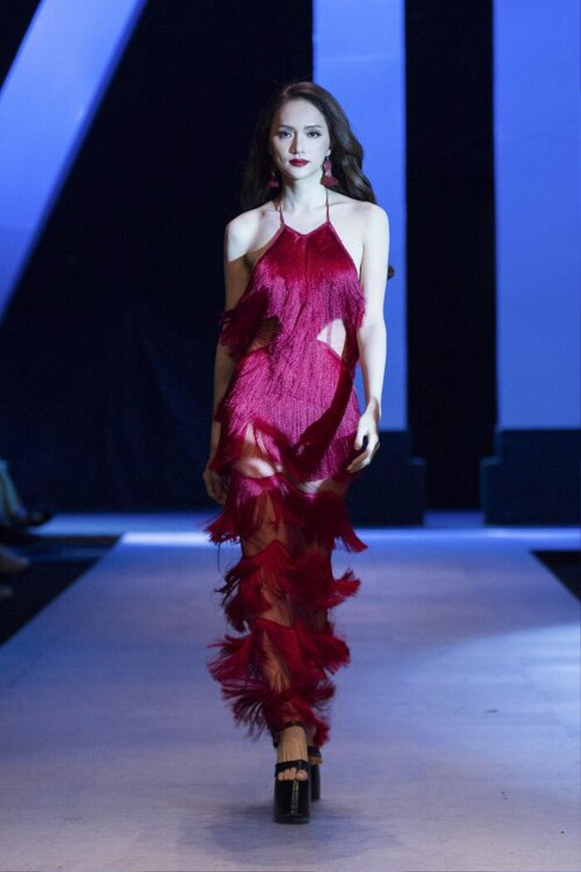 Hương Giang và Lynk Lee catwalk: người nhẹ tựa gió thoảng, người thần thái như nữ hoàng Ảnh 10