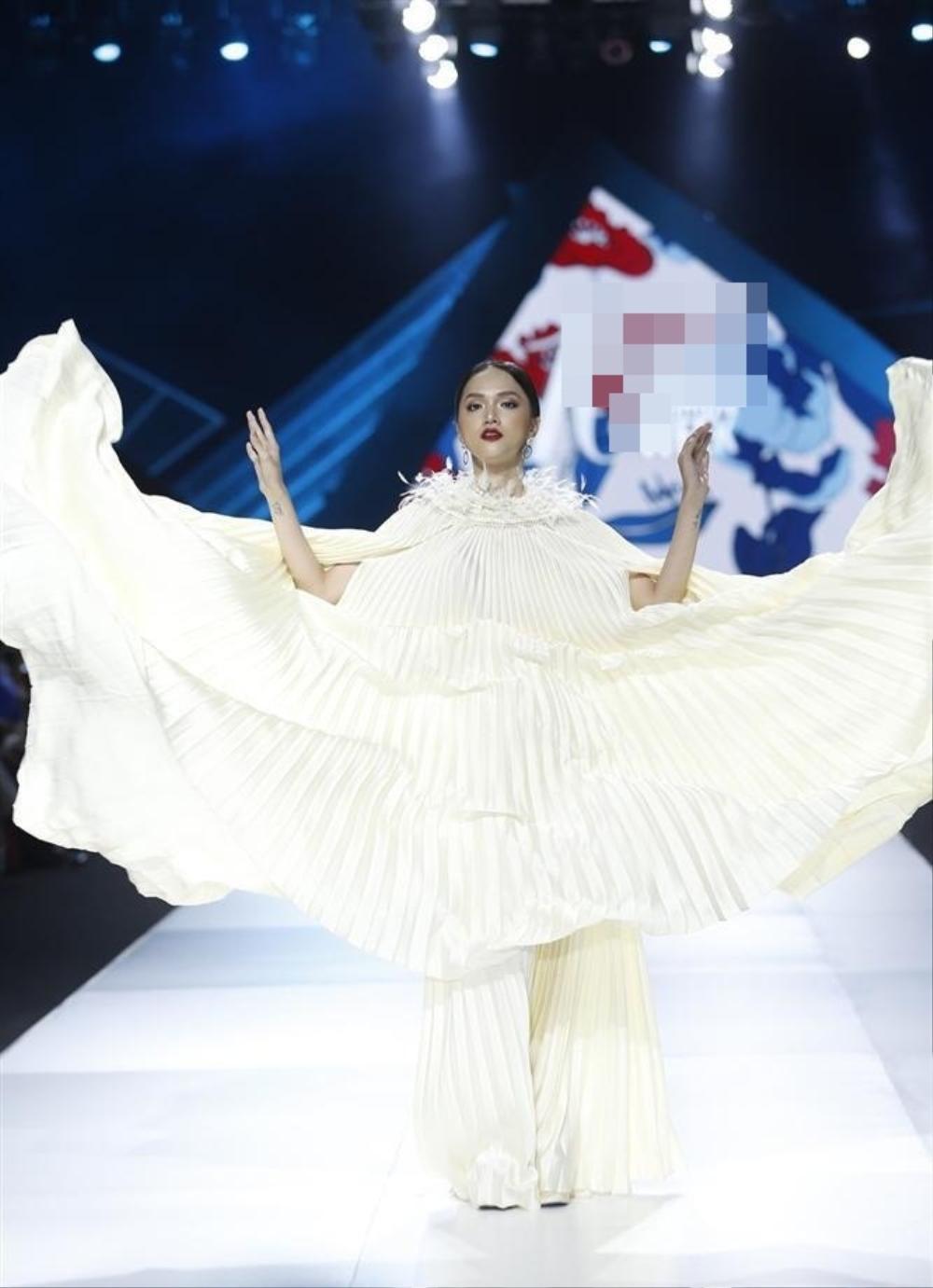 Hương Giang và Lynk Lee catwalk: người nhẹ tựa gió thoảng, người thần thái như nữ hoàng Ảnh 11