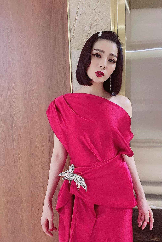 Hậu ly hôn, Lệ Quyên trông lạ với tóc ngắn diện kiểu váy màu hồng chóe nổi bật xuống phố Ảnh 3