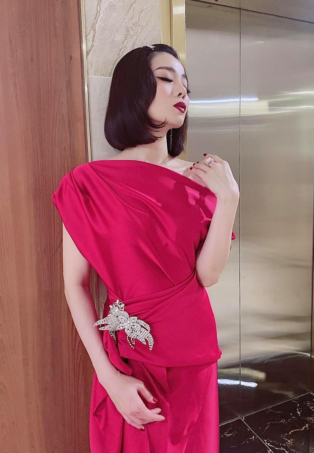 Hậu ly hôn, Lệ Quyên trông lạ với tóc ngắn diện kiểu váy màu hồng chóe nổi bật xuống phố Ảnh 1