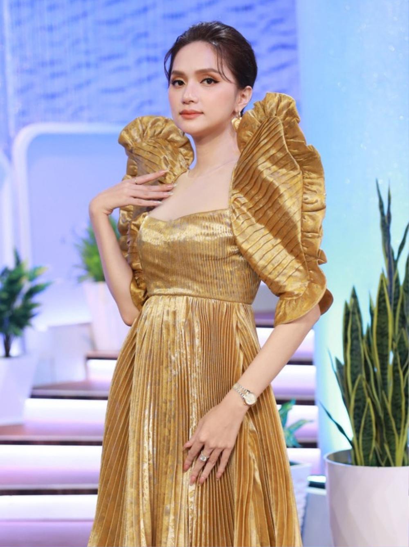 Hương Giang kiêu sa hết phần thiên hạ với kiểu áo tay bồng bềnh cực khủng Ảnh 4
