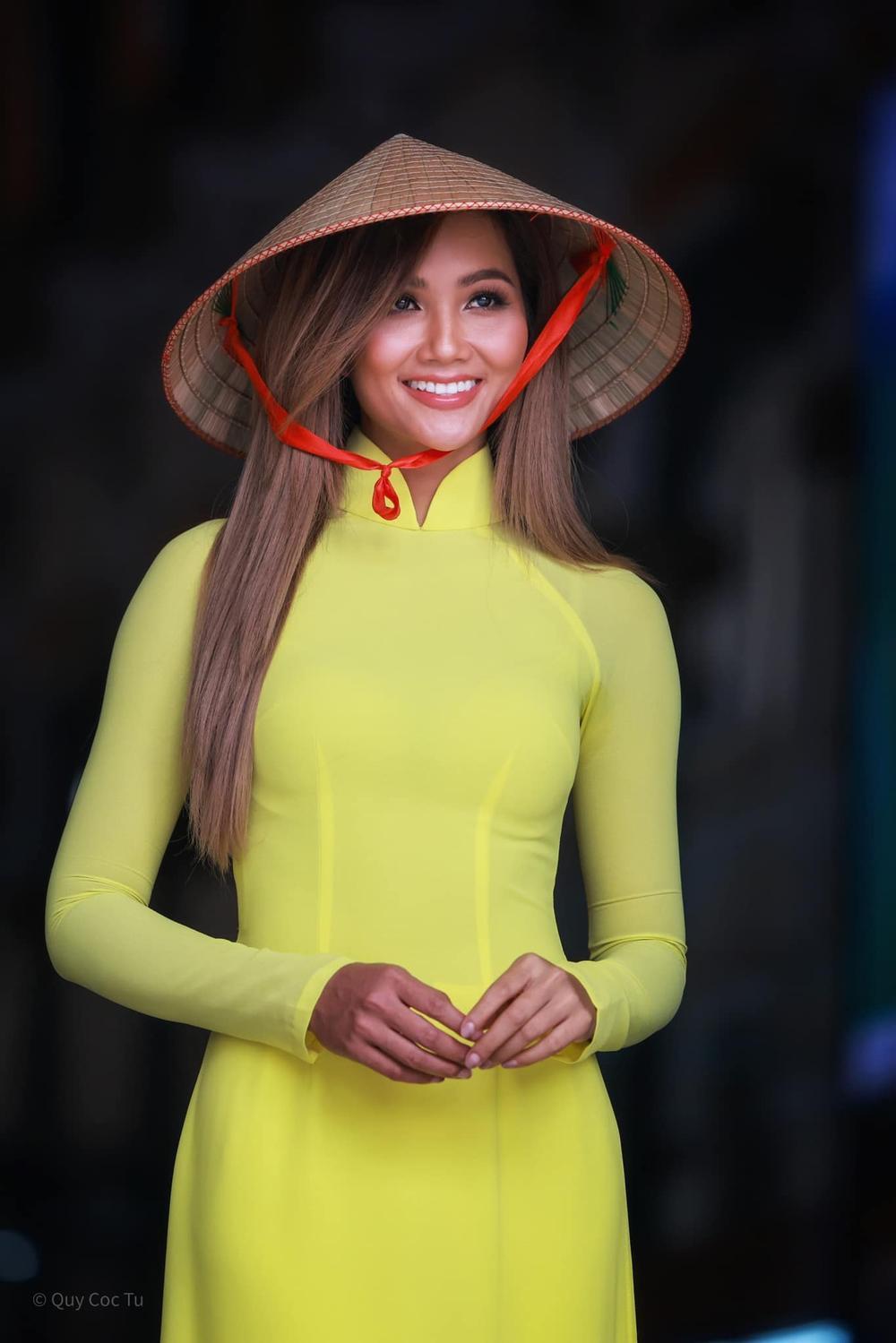 H'Hen Niê nhuộm tóc nâu vàng diện áo dài duyên dáng, nhan sắc rạng rỡ khiến fan không thể rời mắt Ảnh 1