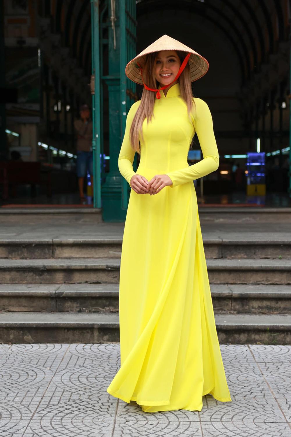 H'Hen Niê nhuộm tóc nâu vàng diện áo dài duyên dáng, nhan sắc rạng rỡ khiến fan không thể rời mắt Ảnh 3