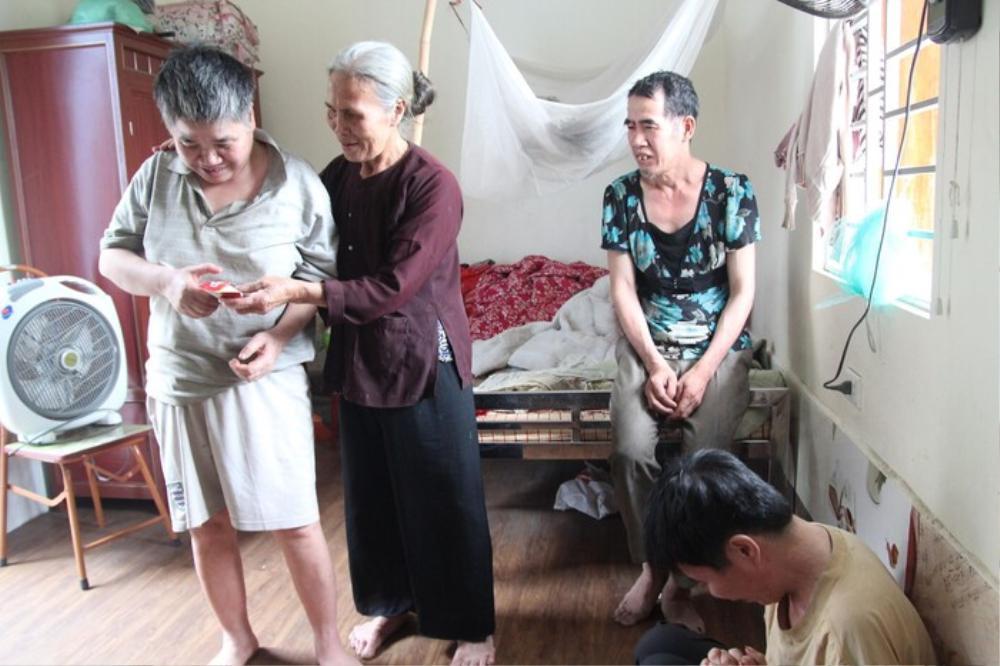 Mẹ già từng có ý định cho 6 con dại ăn một bữa thật no rồi uống thuốc độc cùng chết đã qua đời Ảnh 4