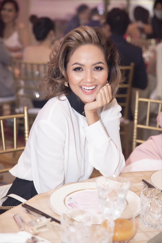 Sao Việt bị la ó vì mặc quá nổi tại đám cưới, riêng Thủy Tiên được khen dù 'lấn át' cô dâu Ảnh 1