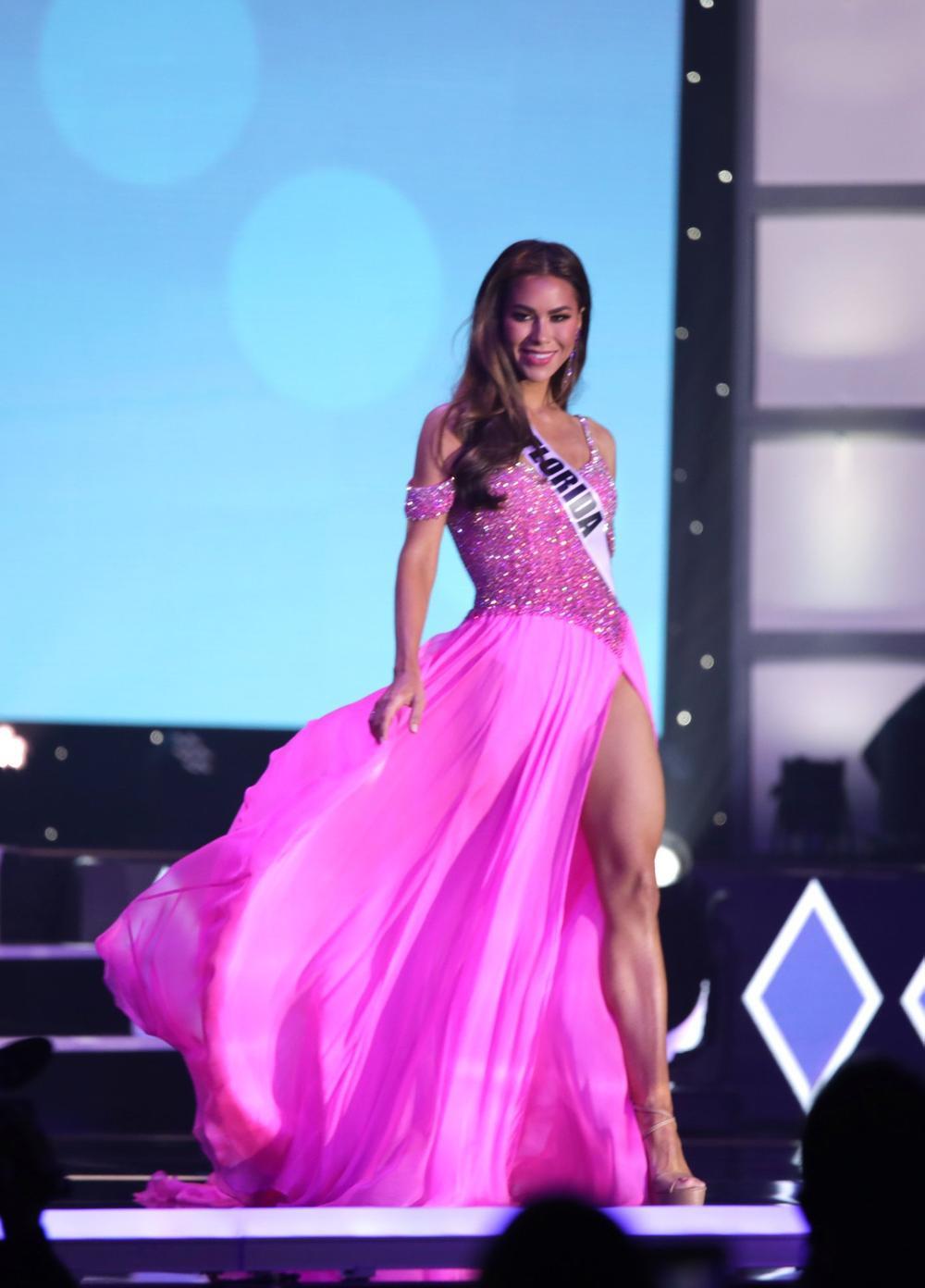 Thí sinh Miss USA mặc lạc quẻ giống Kiều Loan, đạo nhái váy Hoàng Thùy trong phần thi dạ hội Ảnh 9