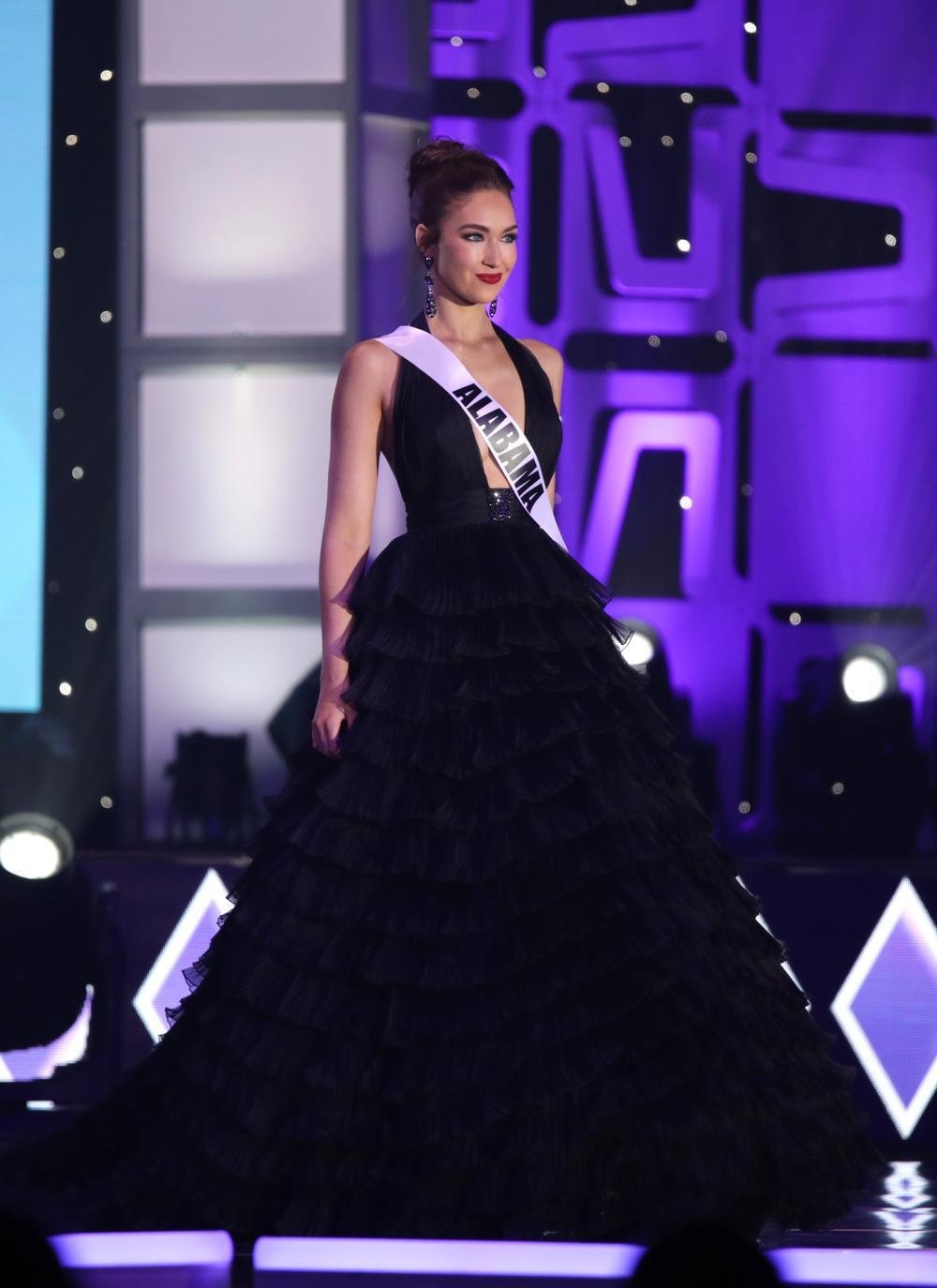 Thí sinh Miss USA mặc lạc quẻ giống Kiều Loan, đạo nhái váy Hoàng Thùy trong phần thi dạ hội Ảnh 20