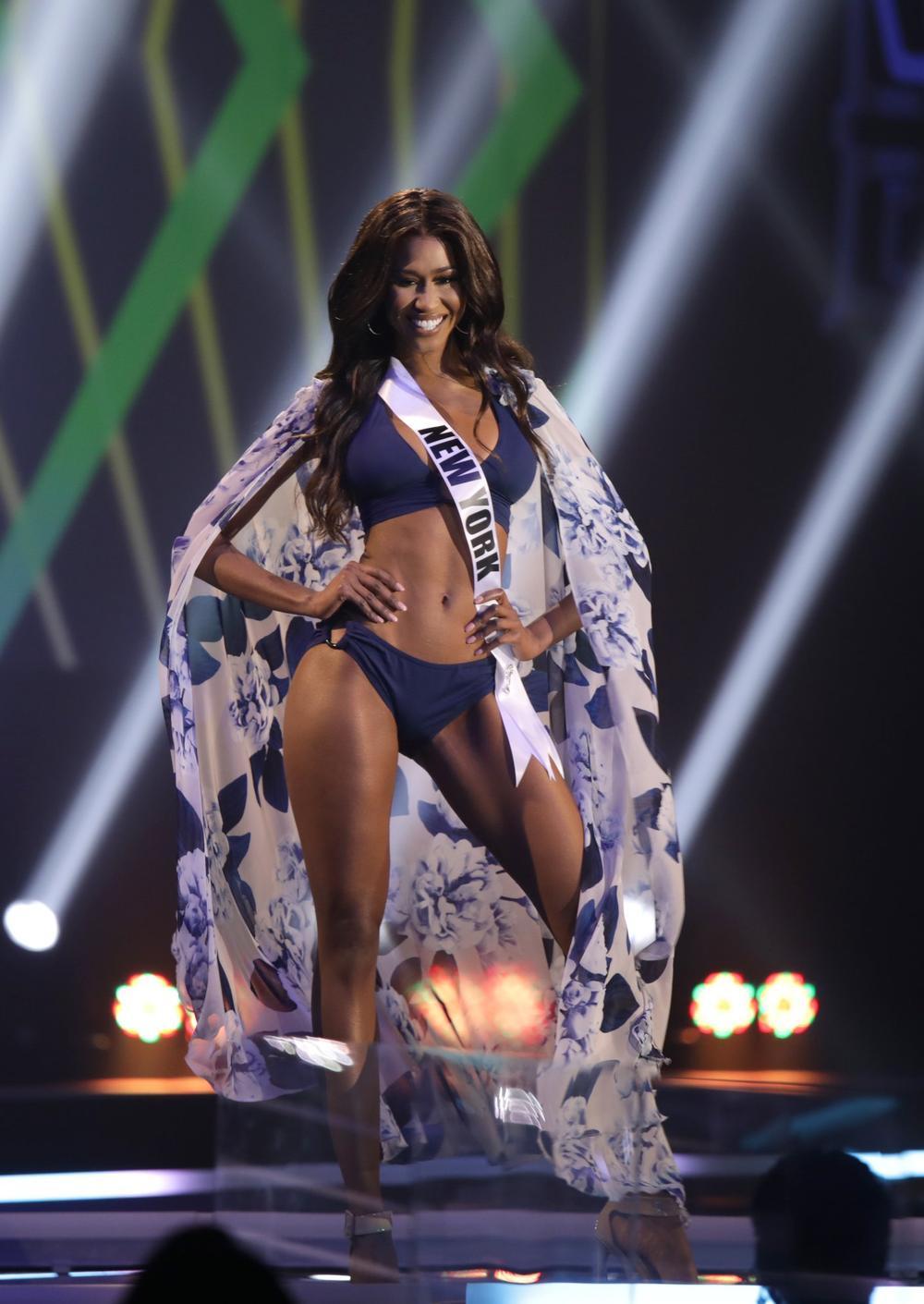 Thí sinh Miss USA mặc lạc quẻ giống Kiều Loan, đạo nhái váy Hoàng Thùy trong phần thi dạ hội Ảnh 2