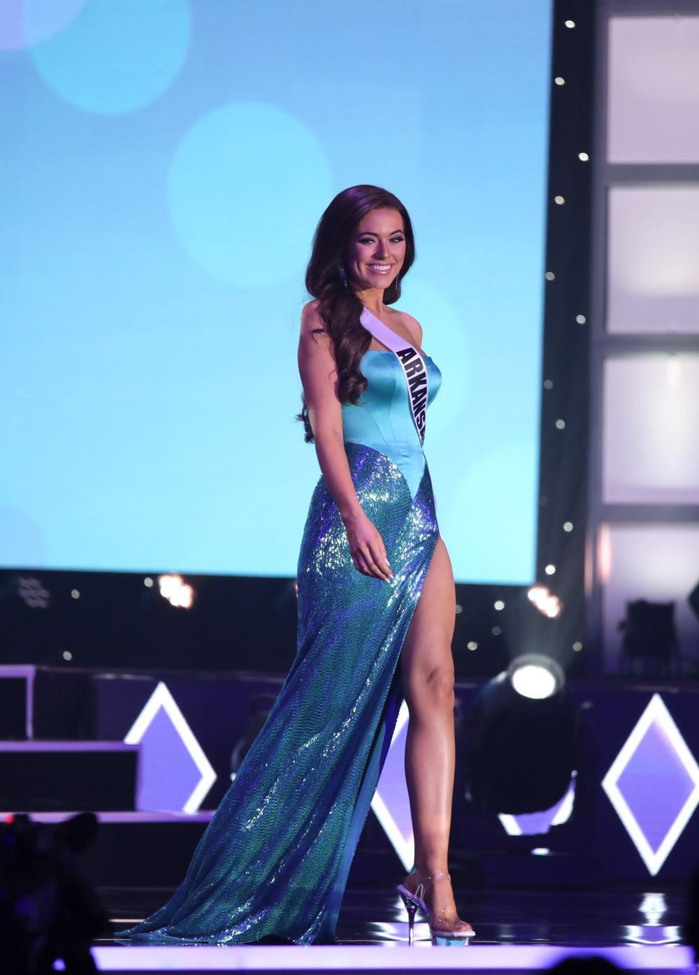 Thí sinh Miss USA mặc lạc quẻ giống Kiều Loan, đạo nhái váy Hoàng Thùy trong phần thi dạ hội Ảnh 16