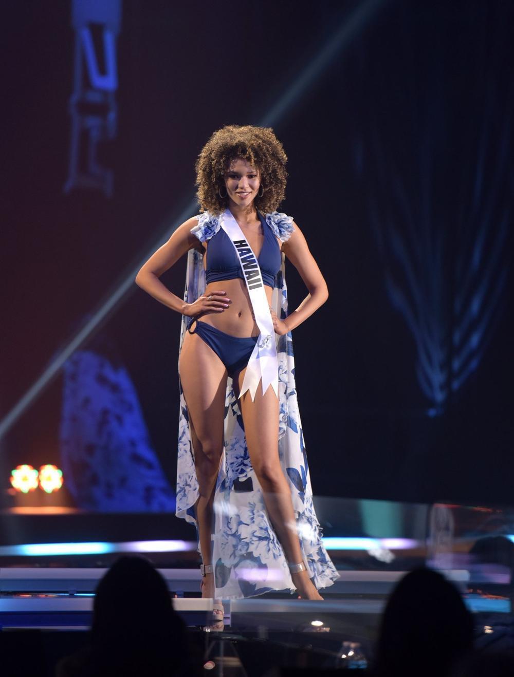 Thí sinh Miss USA mặc lạc quẻ giống Kiều Loan, đạo nhái váy Hoàng Thùy trong phần thi dạ hội Ảnh 3