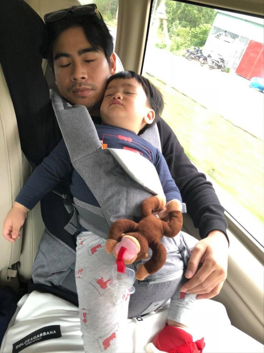 Khoảnh khắc 'bồng con ngủ gật' siêu đáng yêu của những ông bố 'bỉm sữa' trong Vbiz Ảnh 8