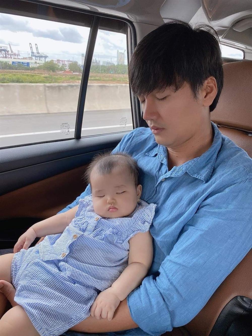 Khoảnh khắc 'bồng con ngủ gật' siêu đáng yêu của những ông bố 'bỉm sữa' trong Vbiz Ảnh 6