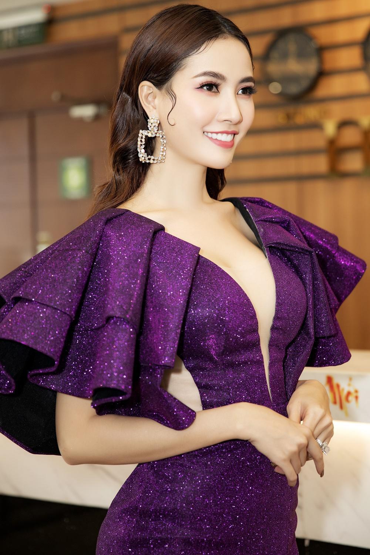 Phan Thị Mơ diện váy xẻ sâu tận rốn, đọ sắc với Minh Tú - Huyền My Ảnh 1