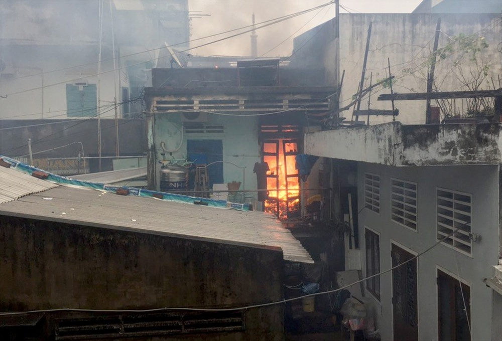 Một nhà dân ở Bình Định bất ngờ bốc cháy giữa mưa bão số 12 Ảnh 1