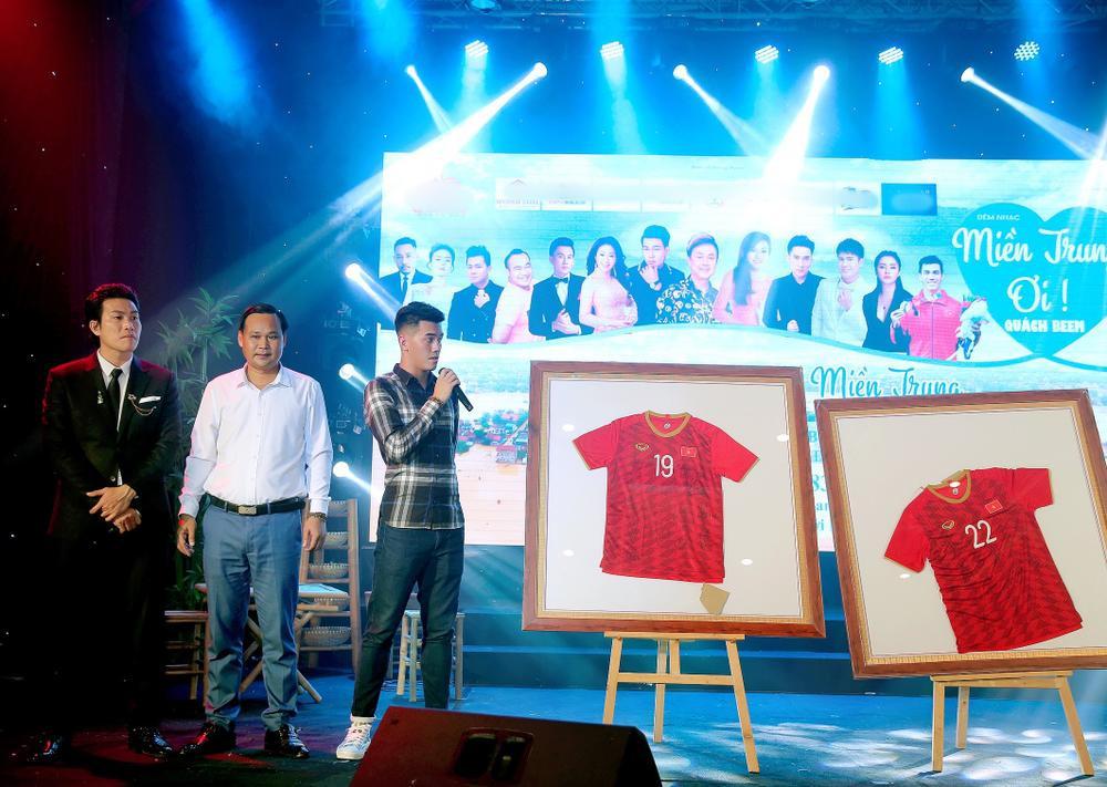 Đêm nhạc gây quỹ cho miền Trung: Dương Triệu Vũ bật khóc, Tiến Linh đấu giá chiếc áo vô địch SEA Games Ảnh 4