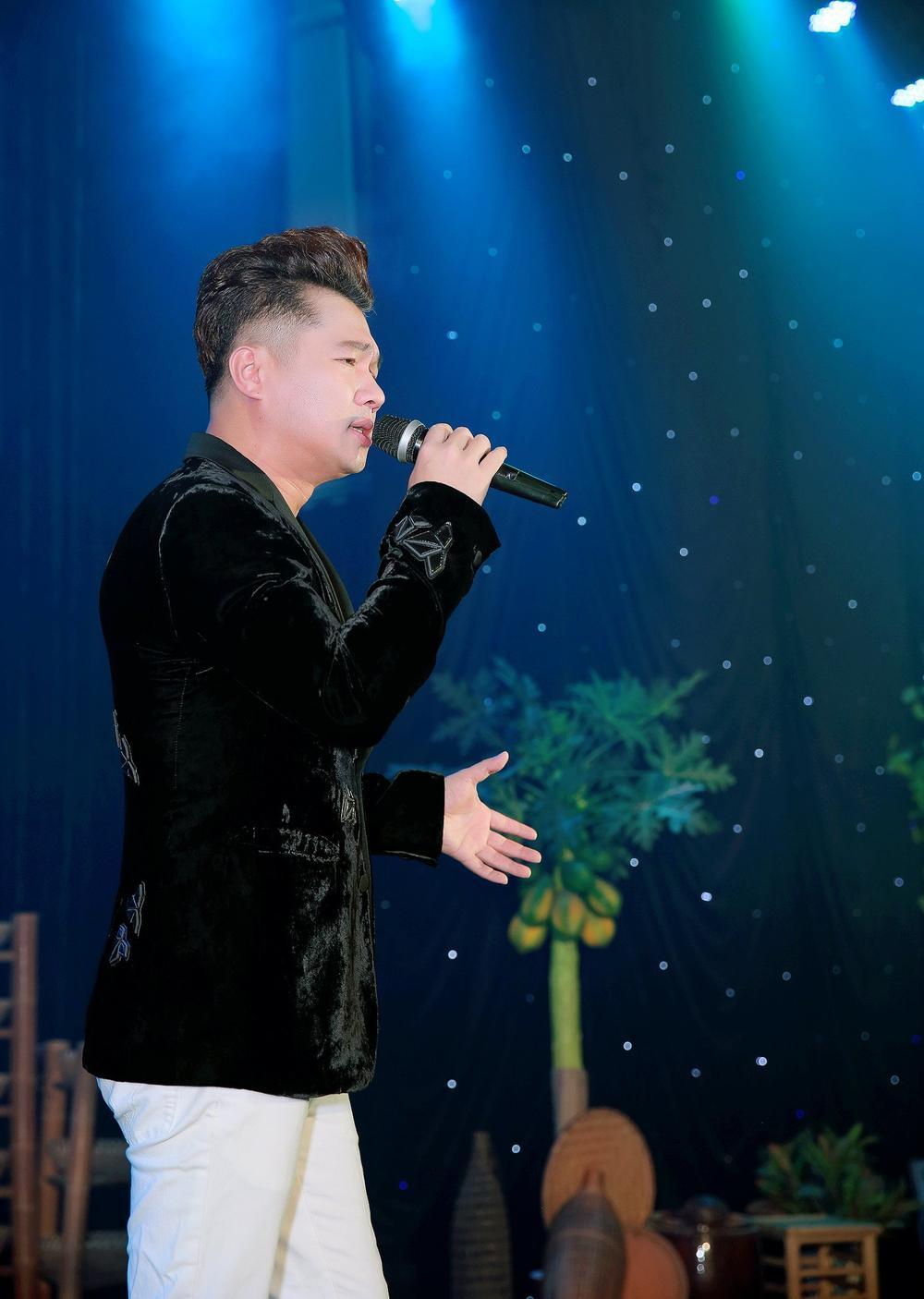 Đêm nhạc gây quỹ cho miền Trung: Dương Triệu Vũ bật khóc, Tiến Linh đấu giá chiếc áo vô địch SEA Games Ảnh 5