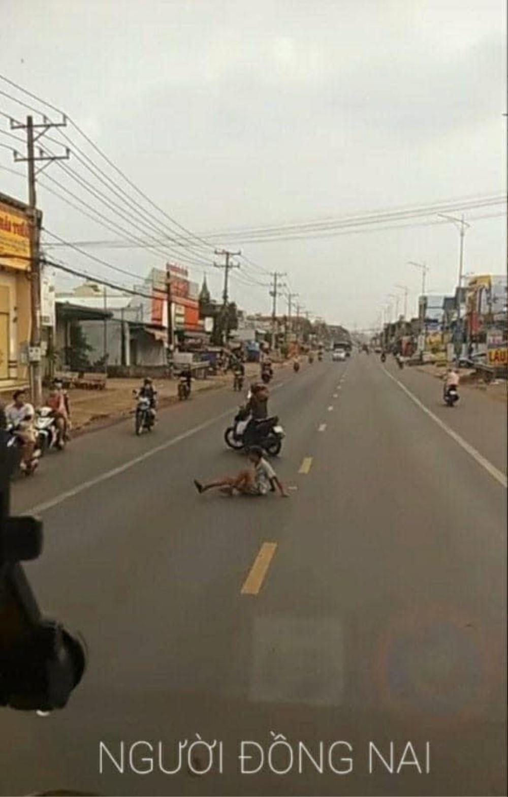 Bất ngờ dùng xe máy chặn đường ô tô, hành động sau đó của chàng trai khiến nhiều người cay khóe mắt Ảnh 2