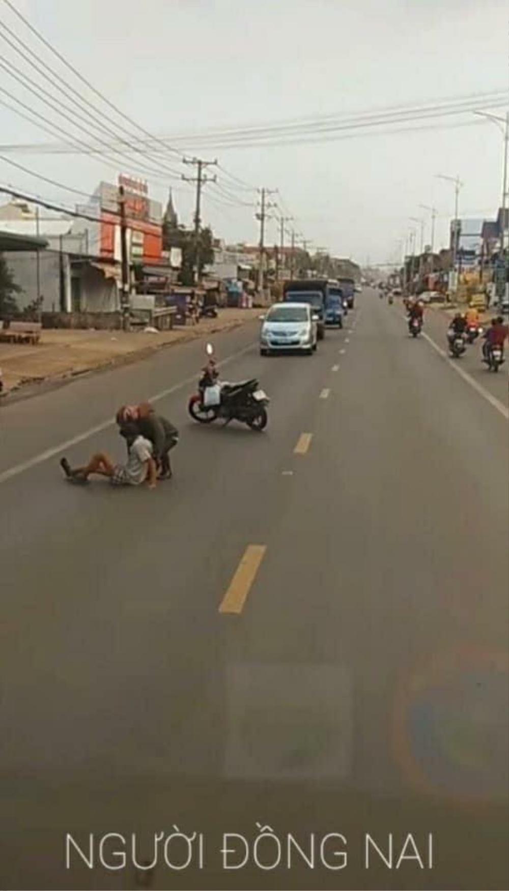 Bất ngờ dùng xe máy chặn đường ô tô, hành động sau đó của chàng trai khiến nhiều người cay khóe mắt Ảnh 3