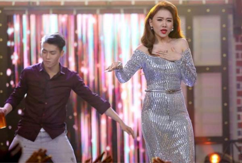 Sao Việt lộ mỡ thừa vì váy bó, body chuẩn như Mai Phương Thúy, Võ Hoàng Yến cũng dính nạn Ảnh 11