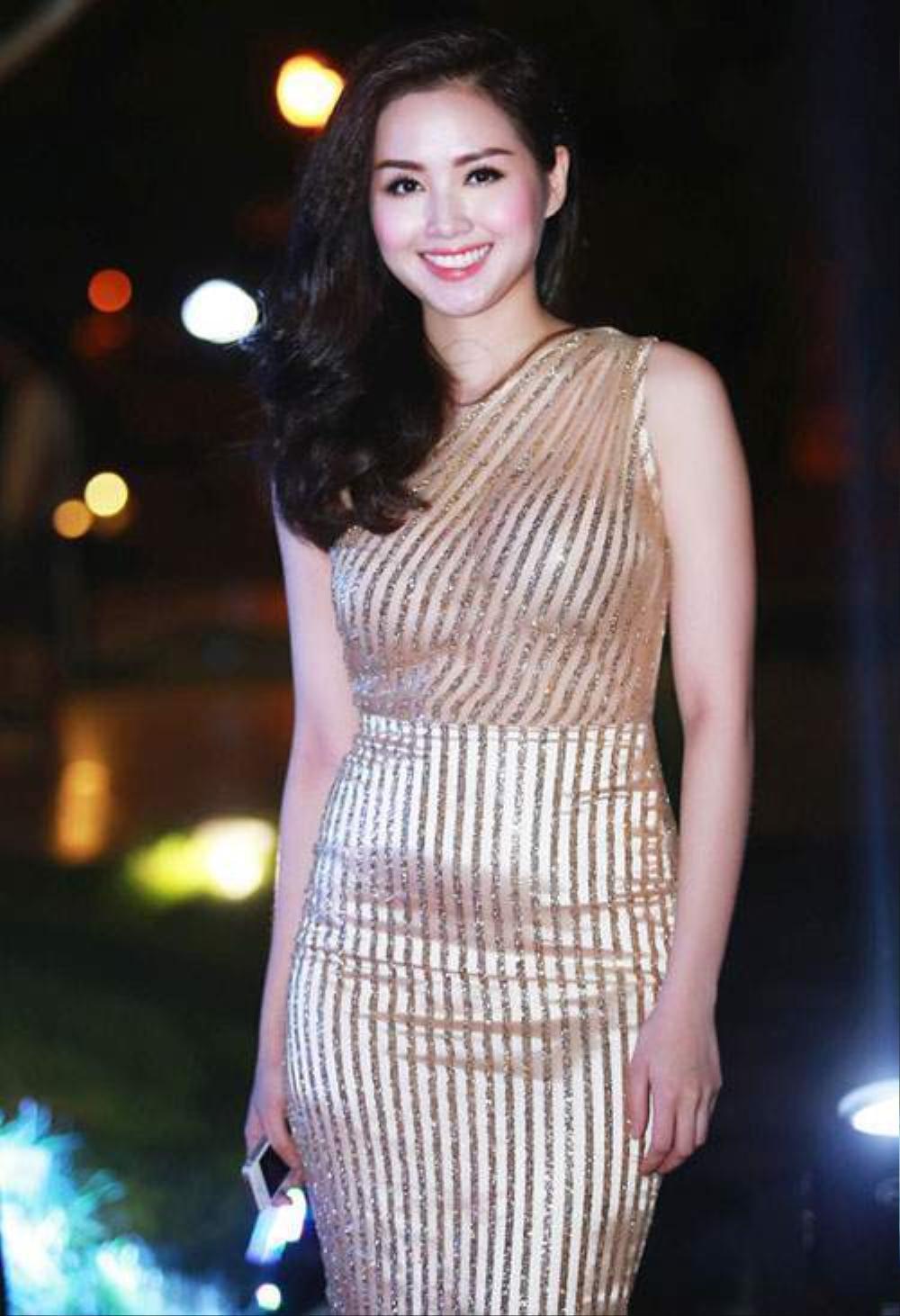 Sao Việt lộ mỡ thừa vì váy bó, body chuẩn như Mai Phương Thúy, Võ Hoàng Yến cũng dính nạn Ảnh 12