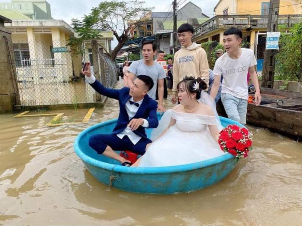 Đám cưới mùa mưa lũ ở Quảng Ngãi: Dâu rể ngồi thuyền thúng, quan viên bì bõm lội nước đến chung vui Ảnh 1