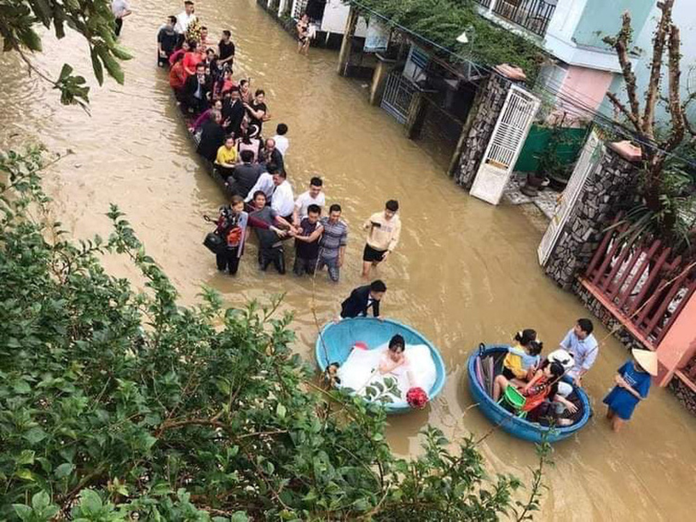 Đám cưới mùa mưa lũ ở Quảng Ngãi: Dâu rể ngồi thuyền thúng, quan viên bì bõm lội nước đến chung vui Ảnh 3
