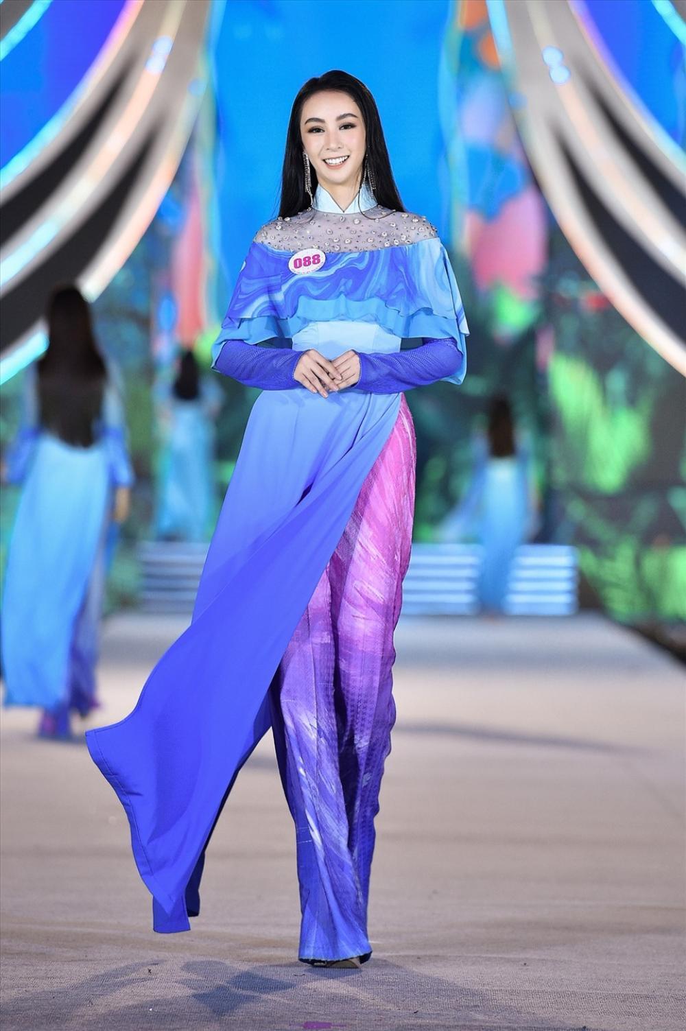 Xuất hiện 'bản sao' Dương Trương Thiên Lý đẹp rực rỡ hơn cả bản chính ở Hoa hậu Việt Nam 2020 Ảnh 3