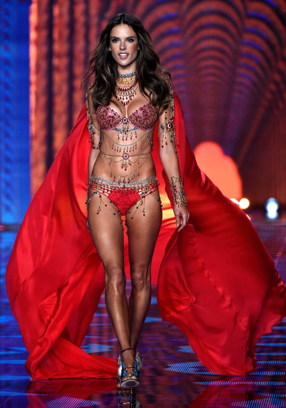 Hoa hậu Tiểu Vy cosplay thiết kế nội y như cựu thiên thần Victoria's Secret Ảnh 6