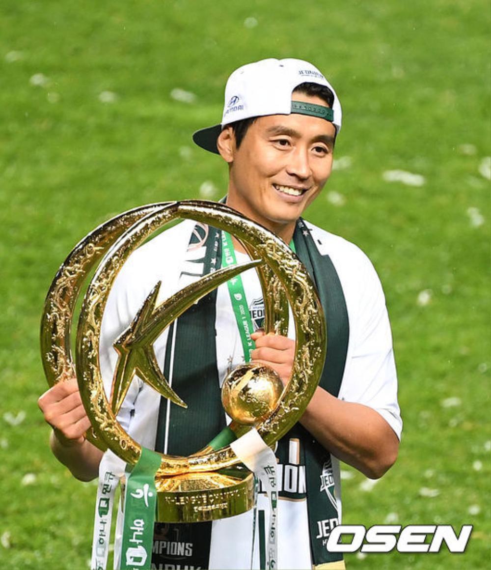 Bố Sian - cầu thủ Lee Dong Gook giải nghệ vĩnh viễn: Nghẹn lời bên cô vợ Á hậu và 5 đứa con! Ảnh 1