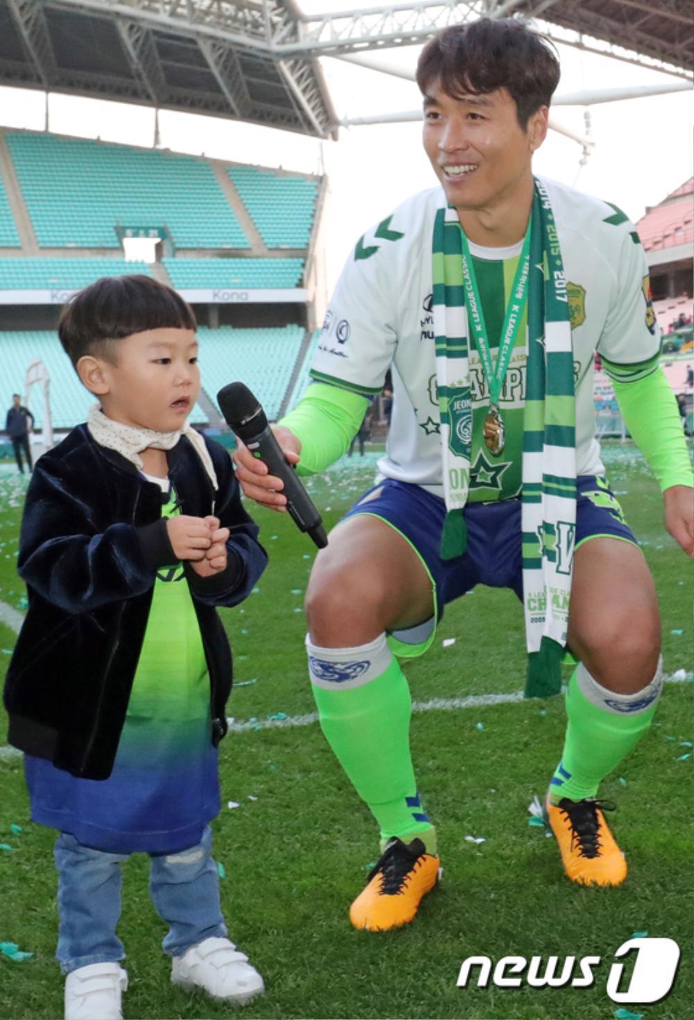 Bố Sian - cầu thủ Lee Dong Gook giải nghệ vĩnh viễn: Nghẹn lời bên cô vợ Á hậu và 5 đứa con! Ảnh 11