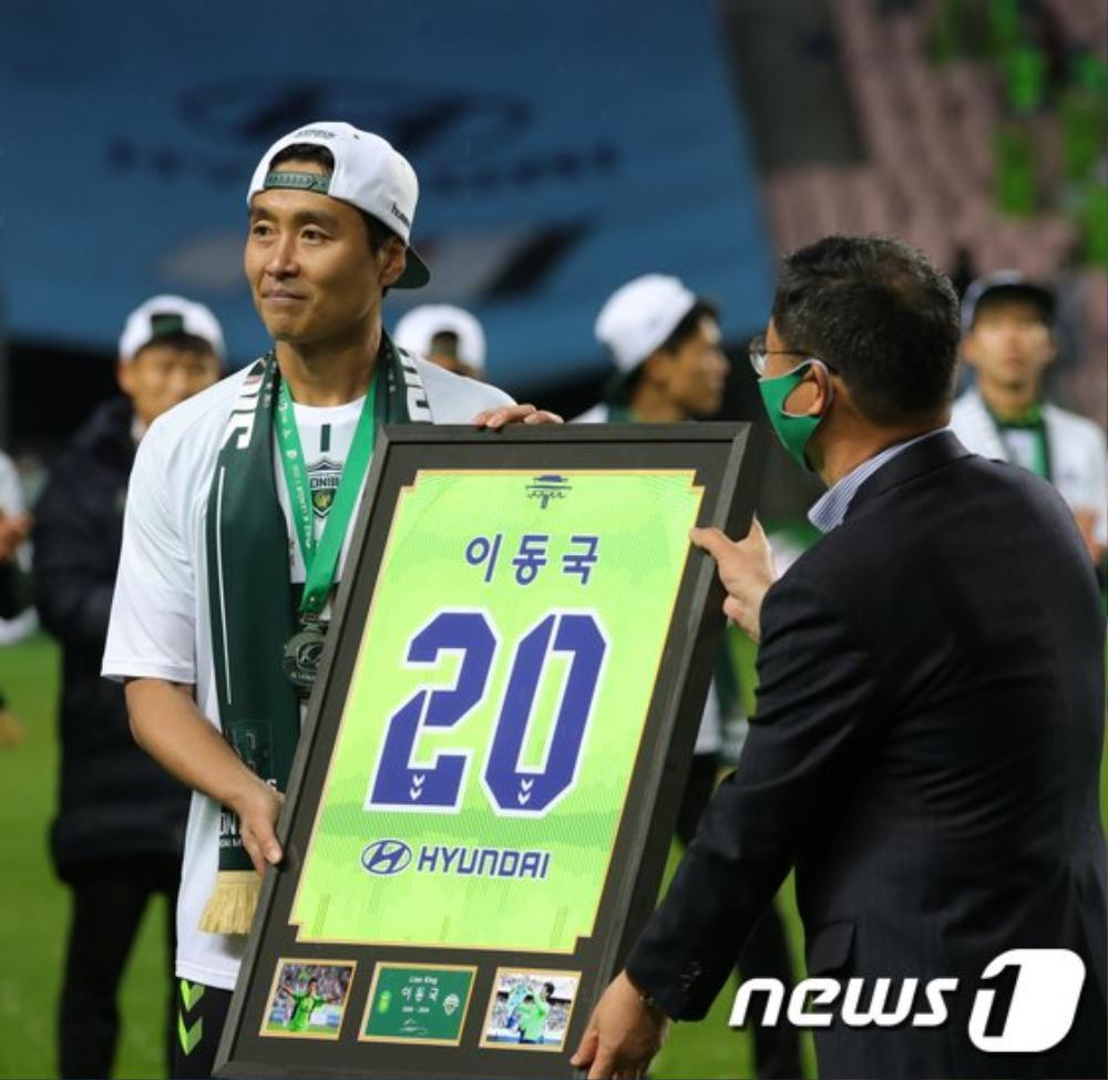Bố Sian - cầu thủ Lee Dong Gook giải nghệ vĩnh viễn: Nghẹn lời bên cô vợ Á hậu và 5 đứa con! Ảnh 3
