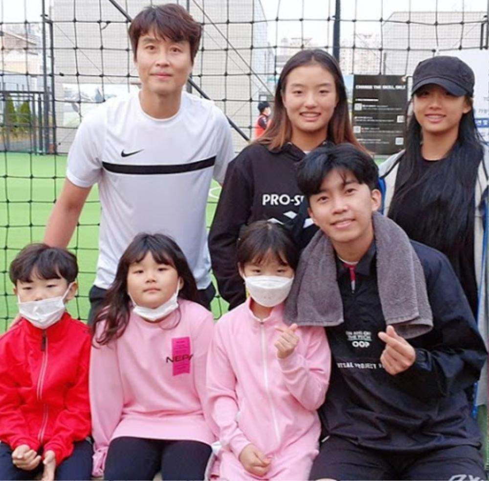 Bố Sian - cầu thủ Lee Dong Gook giải nghệ vĩnh viễn: Nghẹn lời bên cô vợ Á hậu và 5 đứa con! Ảnh 7