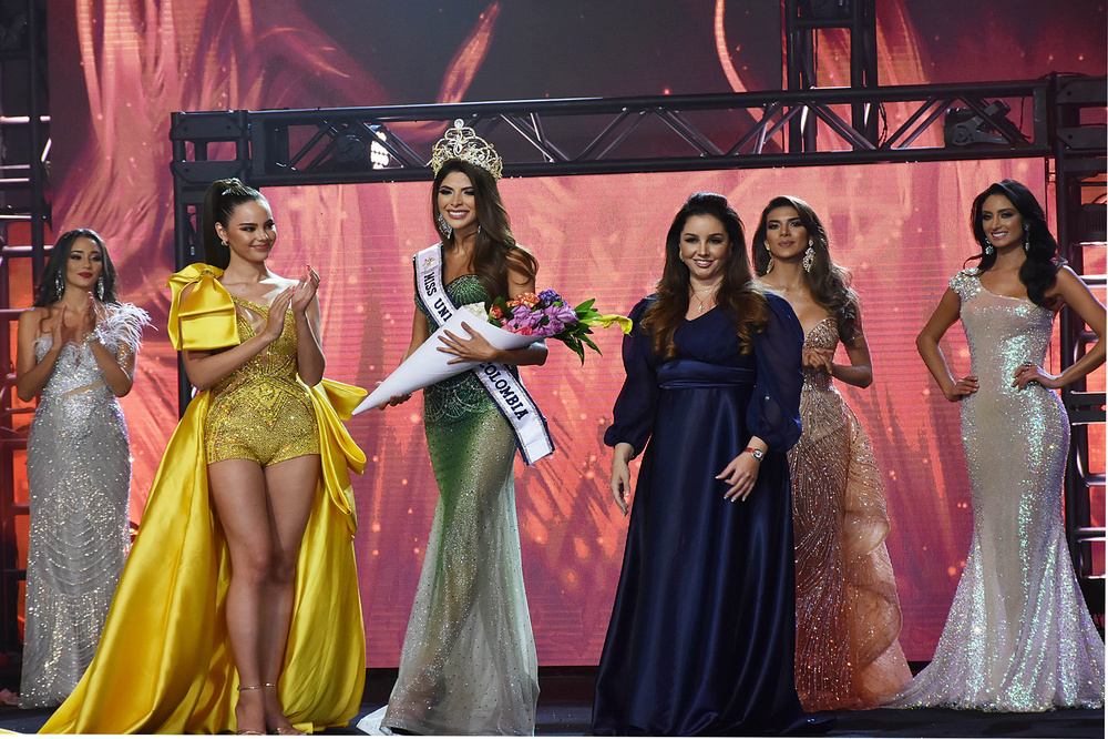 Diện bodysuit, Miss Universe 2018 - Mèo xám Catriona Gray bị chê chân to như cột đình Ảnh 4