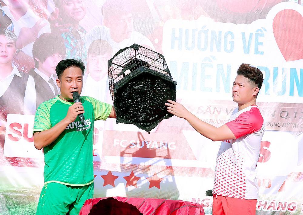 Lâm Vũ, Hoàng Sơn tổ chức trận bóng gây quỹ, quyên góp hơn 300 triệu ủng hộ miền Trung Ảnh 12