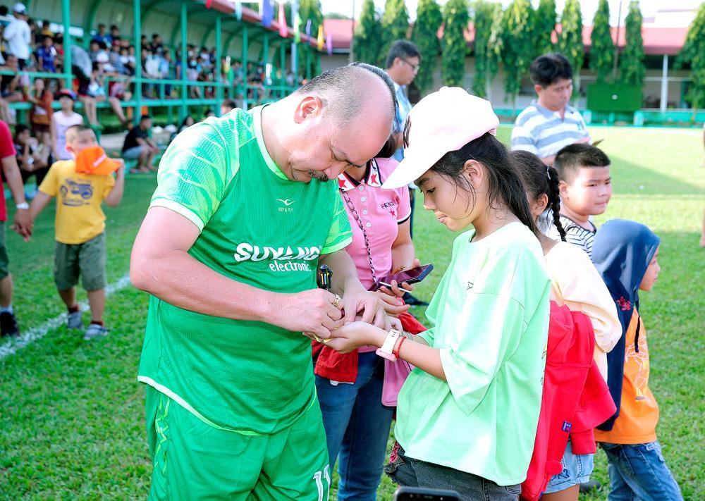 Lâm Vũ, Hoàng Sơn tổ chức trận bóng gây quỹ, quyên góp hơn 300 triệu ủng hộ miền Trung Ảnh 6