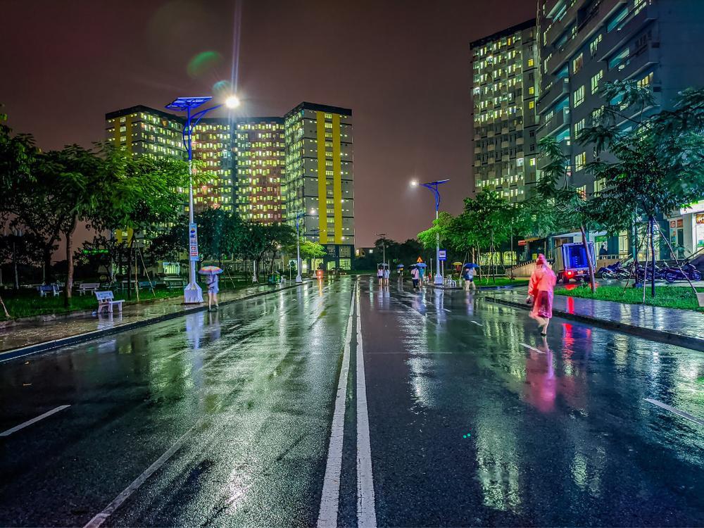 Sau cơn mưa, KTX ĐHQG TP.HCM đẹp lung linh khi hàng ngàn ánh đèn bừng sáng Ảnh 2
