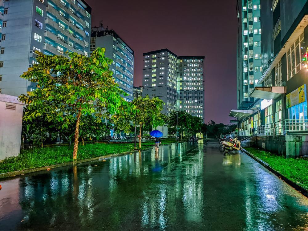 Sau cơn mưa, KTX ĐHQG TP.HCM đẹp lung linh khi hàng ngàn ánh đèn bừng sáng Ảnh 14