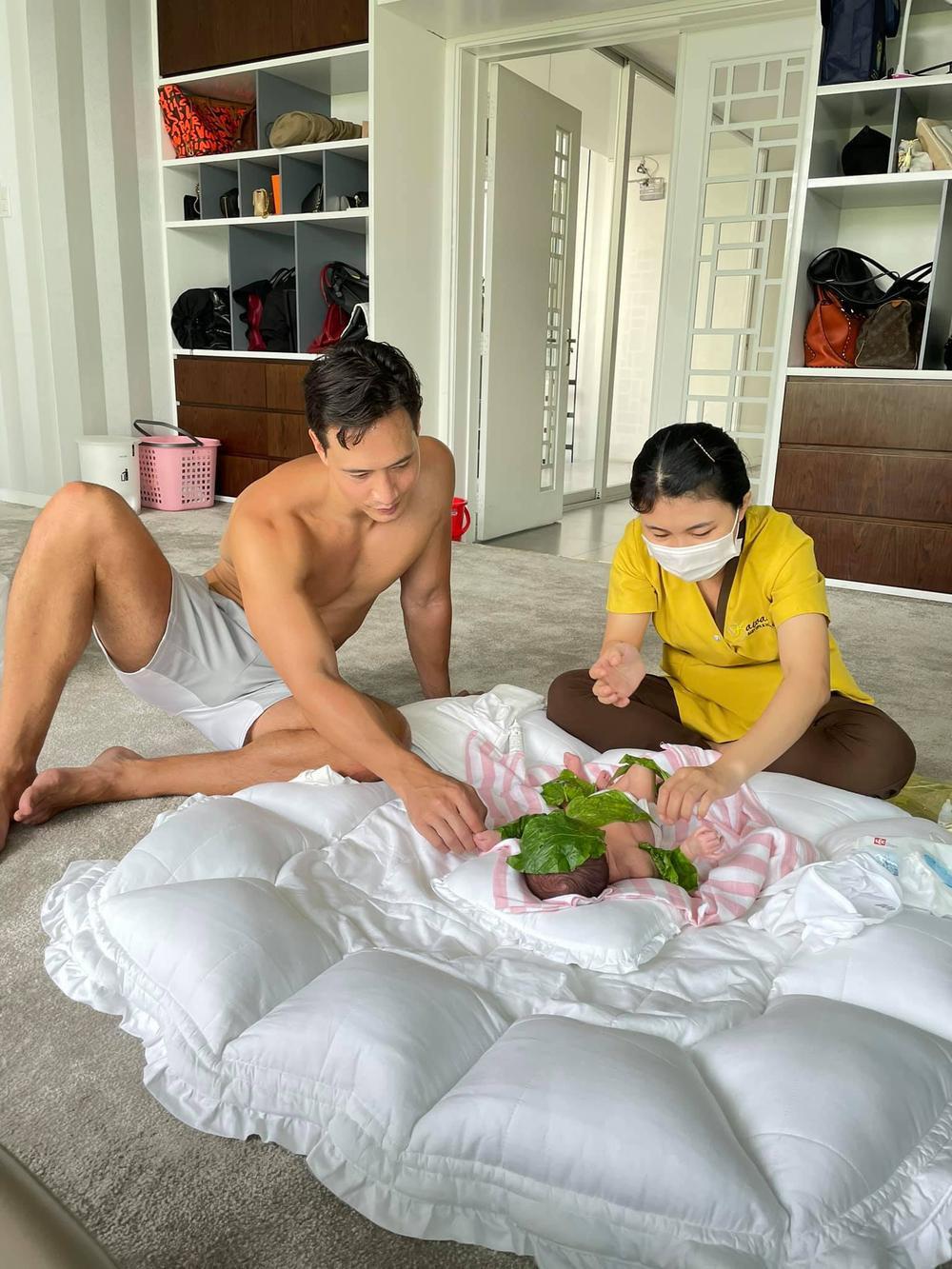 Kim Lý cởi trần khoe thân hình vạm vỡ mỗi khi chăm sóc 2 con khiến fan không thể rời mắt Ảnh 1
