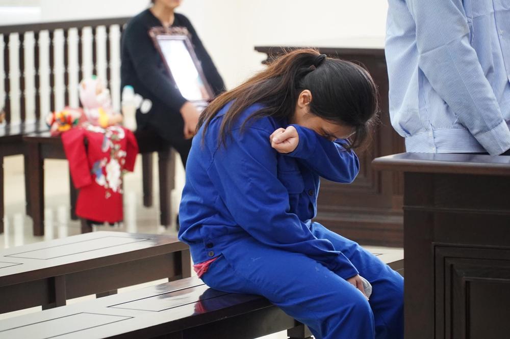 Người mẹ đẻ, cha dượng đánh đập con gái 3 tuổi tử vong bật khóc tại toà, bất ngờ thay đổi lời khai Ảnh 5
