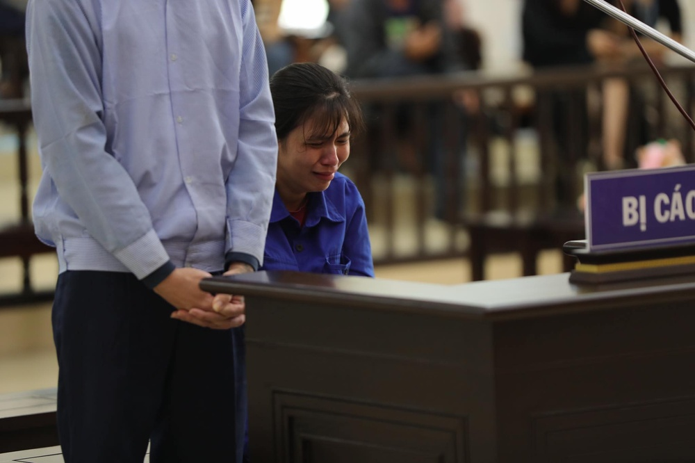 Người mẹ đẻ, cha dượng đánh đập con gái 3 tuổi tử vong bật khóc tại toà, bất ngờ thay đổi lời khai Ảnh 4