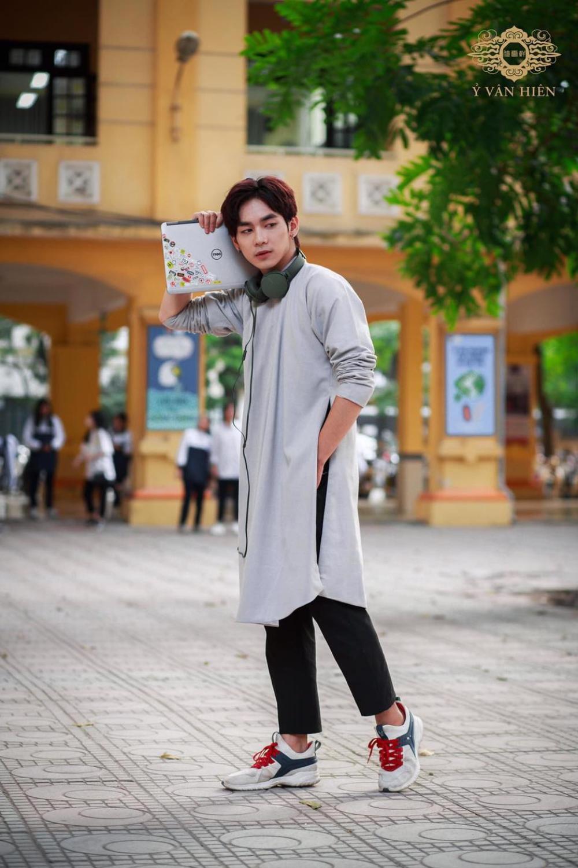 Bộ ảnh nam sinh mặc áo dài truyền thống đến trường nhận 'bão like' vì trông ai cũng thật bảnh bao Ảnh 6