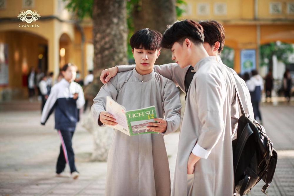 Bộ ảnh nam sinh mặc áo dài truyền thống đến trường nhận 'bão like' vì trông ai cũng thật bảnh bao Ảnh 2