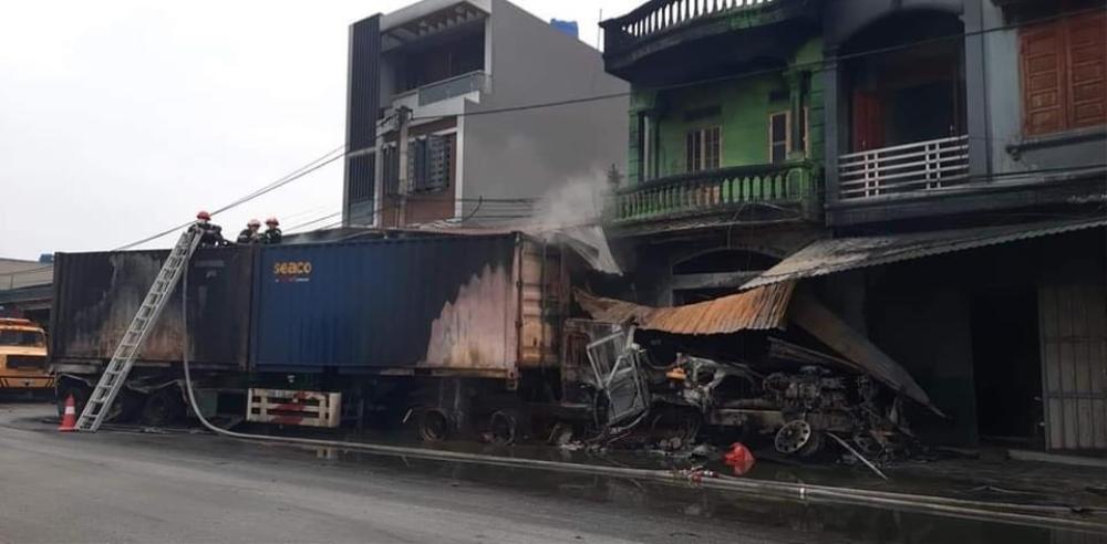 Xe container lao vào nhà dân bốc cháy sau va chạm giao thông, tài xế tử vong trong cabin Ảnh 1
