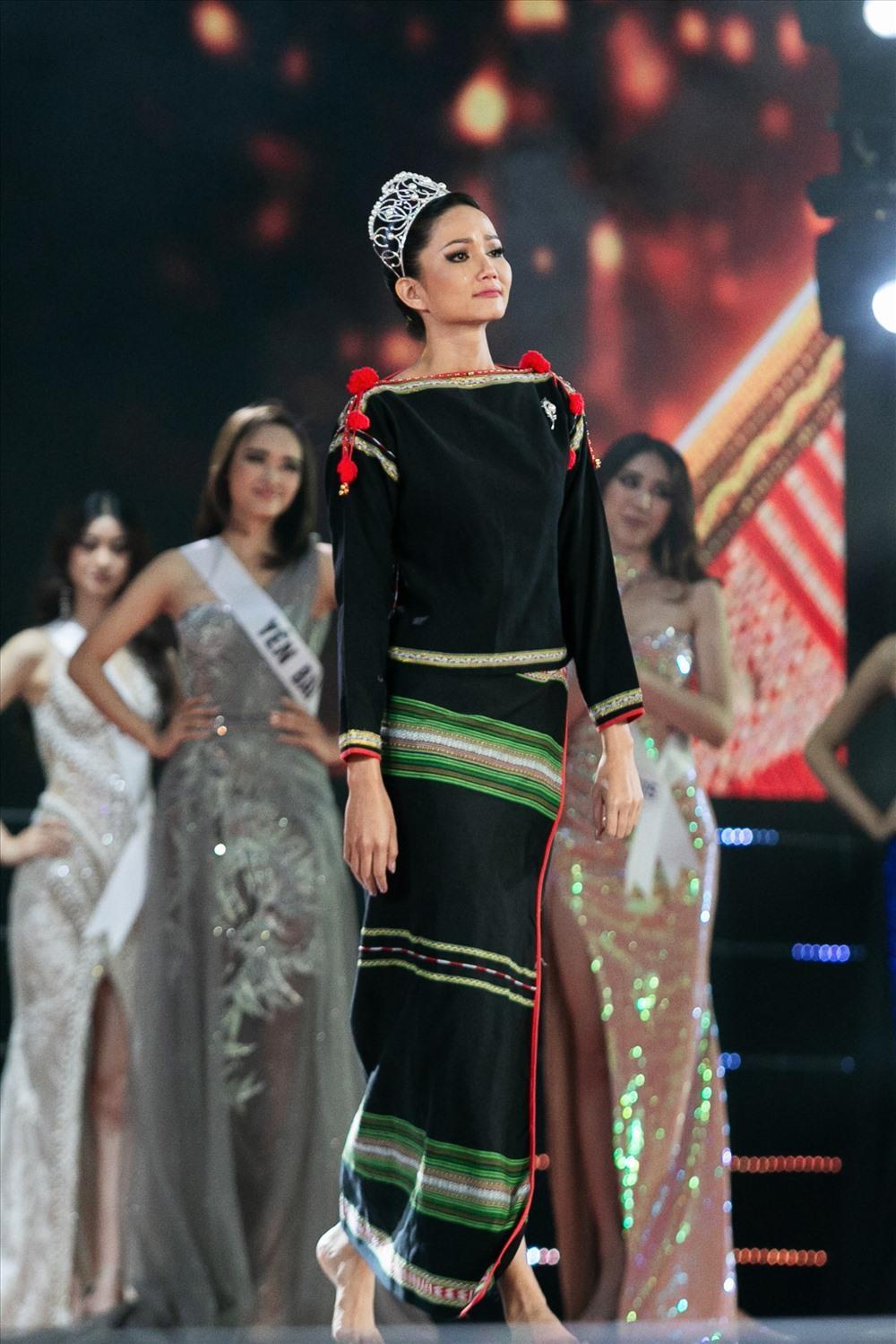 Final walk đẫm nước mắt của Hoa hậu Việt, H'Hen Niê làm fan quốc tế chao đảo Ảnh 9